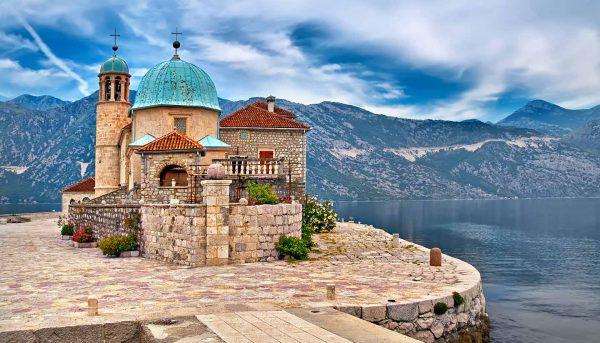خليج البحر الأدرياتيكي المتعرج في جنوب غرب الجبل الأسود
