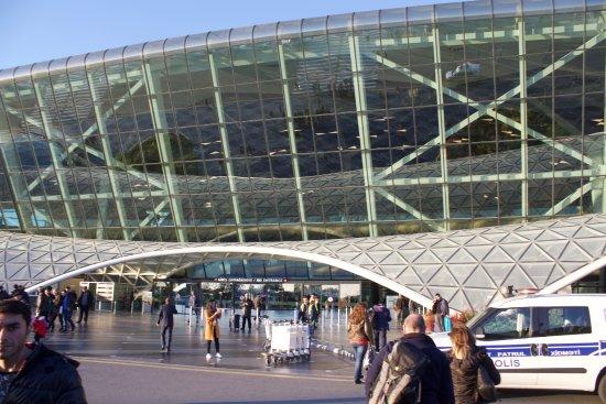 مطار باكو