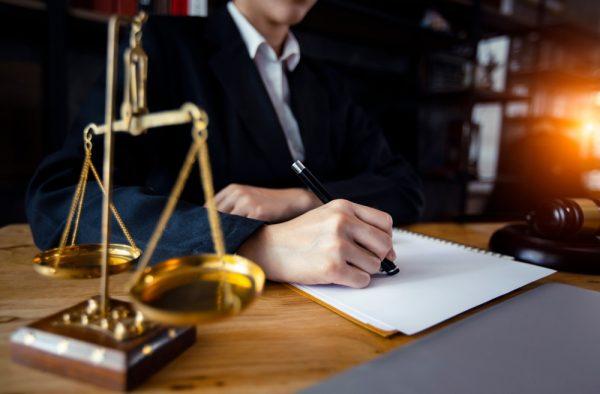 الحصول علي محامي