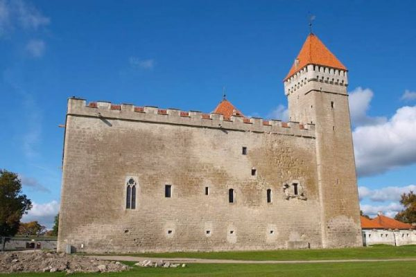 قلعة كوريسار من أبرز معالم استونيا السياحية